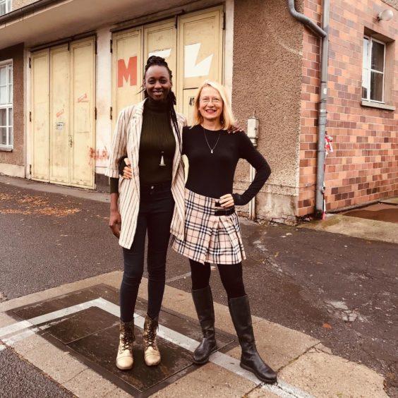 Die Künstlerinnen Moira Bushkimani und Natascha Stellmach vor der Fahrbereitschaft